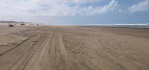track op het strand